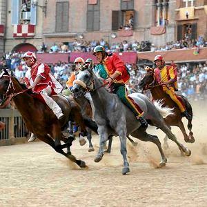 Wyścig rozpoczyna się zawsze o godzinie 19.00 na Piazza del Campo