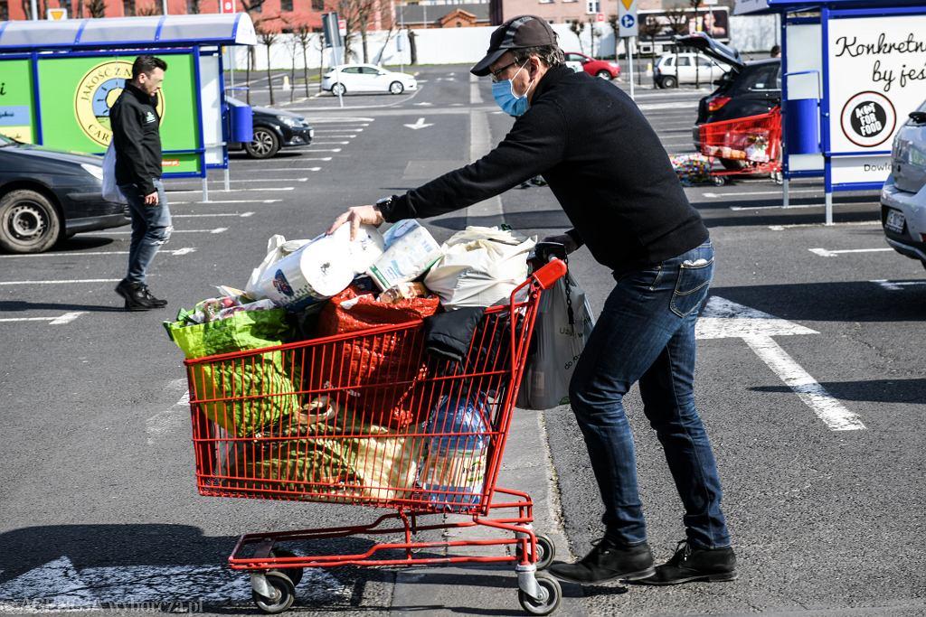 Inflacja spada, ale żywność wciąż drożeje.