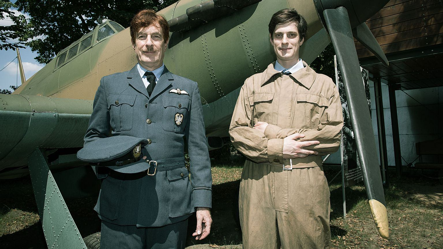 Marek Fiedler i jego syn Marek Oliwier w strojach pilota i mechanika z Dywizjonu 303