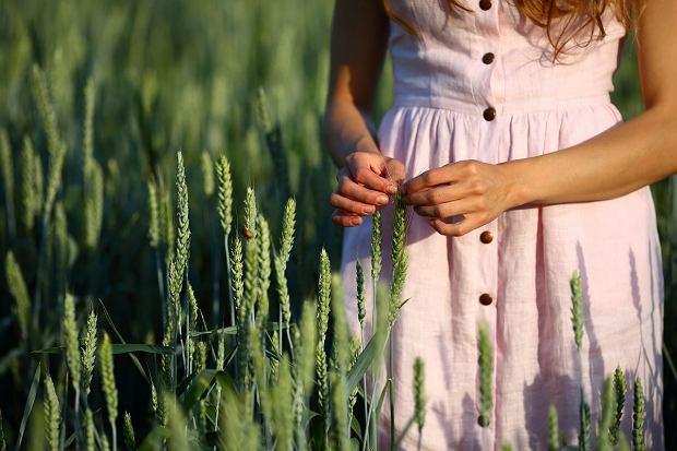 Lniane ubrania na lato. Wygodne kroje, które sprawdzą się w czasie upałów