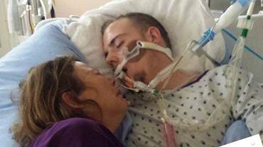 Zrozpaczona mama wstawiła na Facebooka zdjęcie z umierającym synem