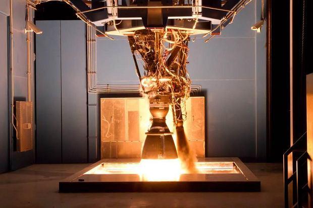 Silnik Merlin podczas testu na Ziemi. Jeden napędza drugi stopień rakiety Falcon 9