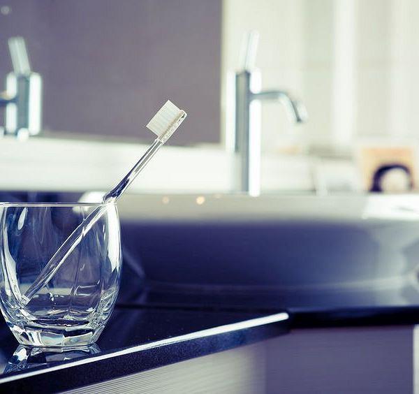 Mokre włosie szczoteczki do zębów bez dopływu powietrza jest idealnym środowiskiem dla rozwoju bakterii