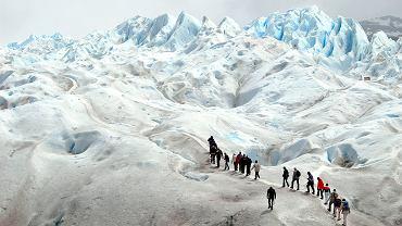 Turyści na lodowcu Perito Moreno w Parku Narodowym Los Glaciares w Argentynie