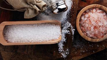 Sól ma mnóstwo zastosowań zarówno w kuchni, jak i pielęgnacji ciała. Jej niewielka ilość pomaga codziennie dostarczać organizmowi odpowiedniej ilości sodu, niezbędnego do prawidłowego funkcjonowania między innymi mięśnia sercowego.