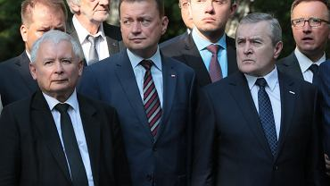 Od lewej: prezes PiS Jarosław Kaczyński, szef MON Mariusz Błaszczak, minister kultury Piotr Gliński