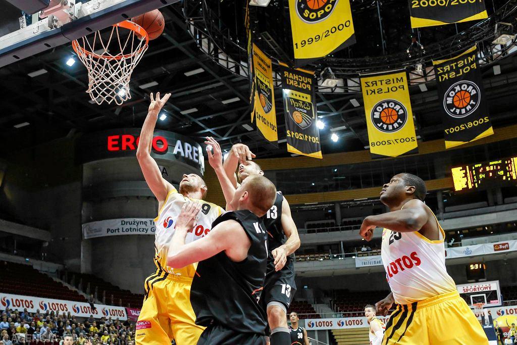 Koszykarze Trefla Sopot w kolejnym meczu Tauron Basket Ligi pokonali Turów Zgorzelec 85:74. Gościom nie pomógł Filip Dylewicz, który wcześniej przez wiele lat grał w klubach z Trójmiasta, ostatnio właśnie w Treflu. Zapraszamy na galerię zdjęć z tego meczu.