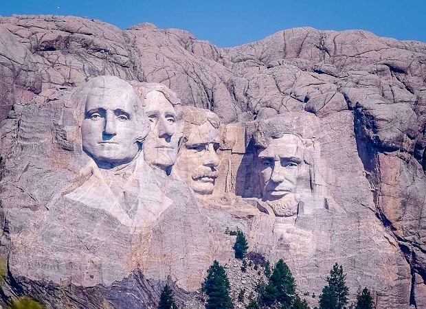 Twarze prezydentów USA wykute w górze Rushmore (fot. Grahampurse / Wikimedia.org / CC BY-SA 4.0)