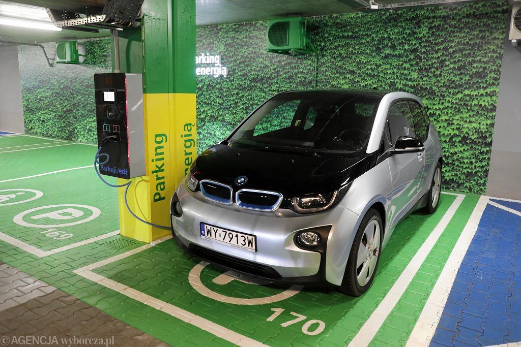 Stanowisko do ładowania samochodów elektrycznych na parkingu Parkuj i Jedź Metro Młociny.