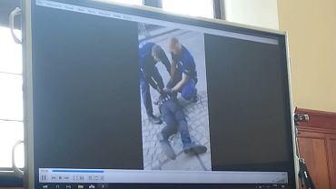 Tak policjanci zatrzymywali jednego z mężczyzn, który nagrywał telefonem interwencję wobec Igora Stachowiaka