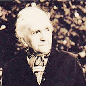 Waleria Nabzdyk (1901-99) wychowała wraz z mężem ośmioro dzieci, a także syna koleżanki, która zmarła w hitlerowskim obozie koncentracyjnym. Za zasługi dla stron rodzinnych otrzymała honorowe obywatelstwo Prudnika. Społecznikowską pasję po rodzicach przejął ks. dr Zygmunt Nabzdyk, wybitny znawca sztuki sakralnej i wykładowca w Wyższym Seminarium Duchownym w Opolu, a także honorowy obywatel tego miasta.