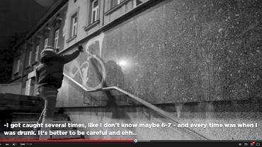 Sicoer bazgrze po murach w Krakowie - kadr z filmu zamieszczonego na YouTube