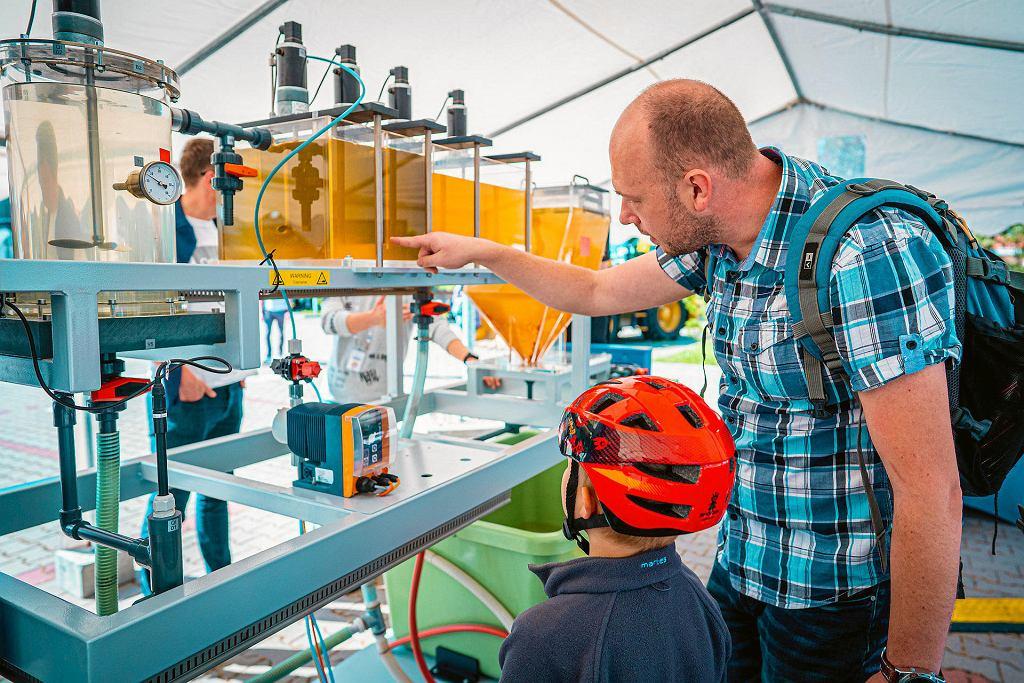 Piknik wrocławskiego MPWiK podczas Dolnośląskiego Festiwalu Nauki. Gunt to urządzenie pozwalające w mikroskali zobaczyć, jak przebiega proces koagulacji - pierwszy etap oczyszczania wód powierzchniowych