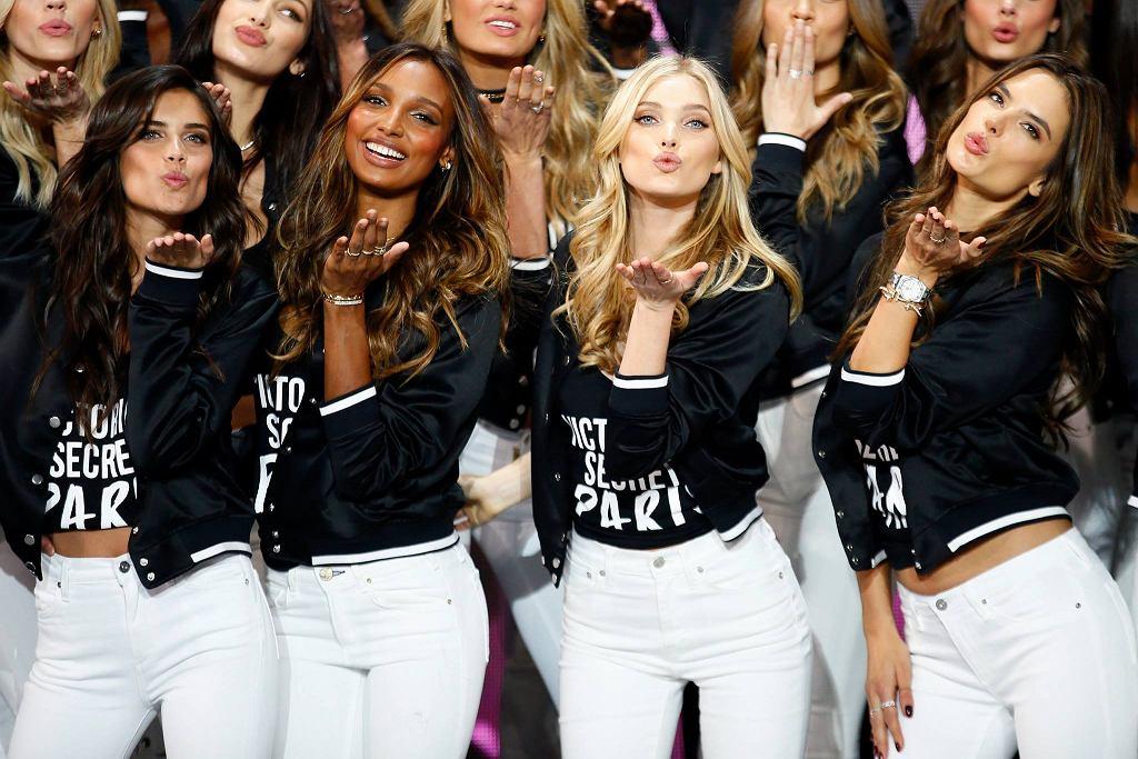 Victoria's Secret 2016: Na dwa dni przed pokazem zgromadzone w Paryżu modelki pozowały do wspólnego zdjęcia, tzw. 'zdjęcia klasowego'