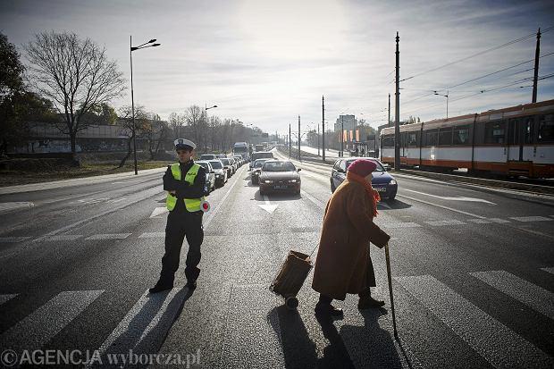 Od 2019 r. będą pełnopłatne zwolnienia, ale tylko dla funkcjonariuszy, którzy są na 'pierwszej linii' i na co dzień dbają o nasze bezpieczeństwo patrolując ulice, wyjeżdżając do pożarów czy strzegą naszych granic