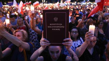 Protest 'łańcuch światła' pod Sądem Okręgowym w Krakowie