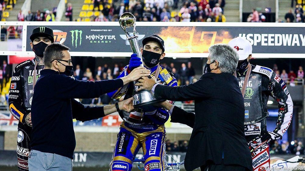 Mateusz Morawiecki (L) wręcza puchar Bartoszowi Zmarzlikowi , który obronił tytuł indywidualnego Mistrza Świata na żużlu