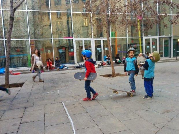 Szkółka dla małych deskorolkarzy w centrum Barcelony, fot. Małgorzata Gec