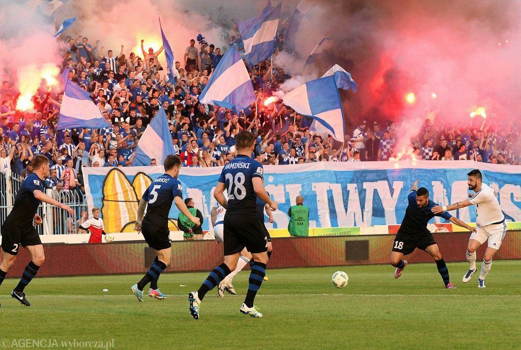 Piłkarze Wisły Płock świętują awans do ekstraklasy na stadionie