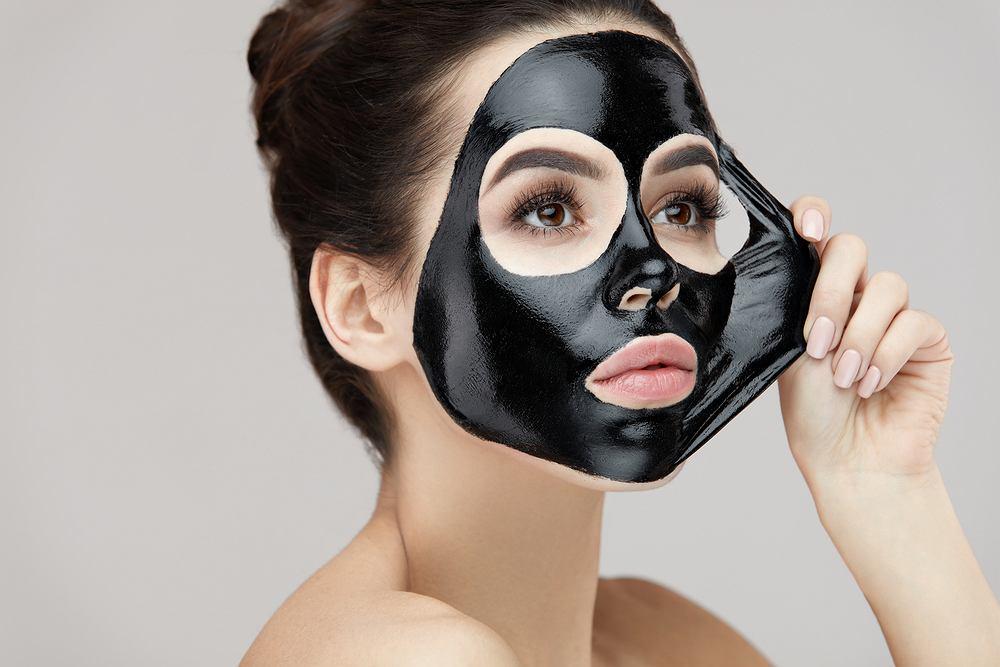 Maseczka z węgla to świetny i tani kosmetyk, który pomoże ci uporać się z zanieczyszczeniami twarzy, wypryskami i przebarwieniami