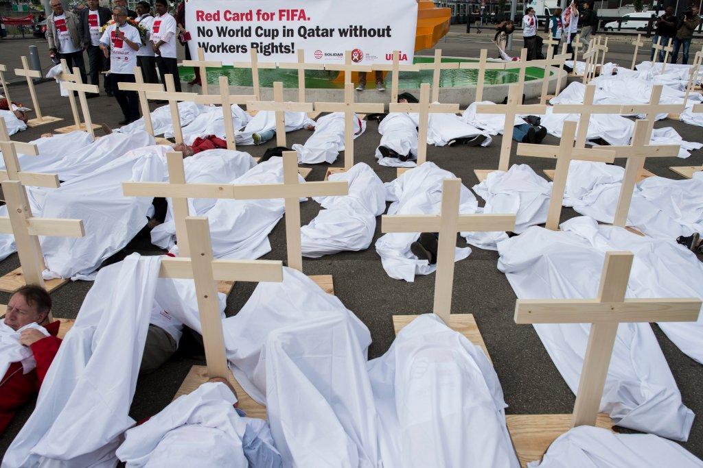 Protest w Zurychu przeciwko złemu traktowaniu pracowników zatrudnionych do budowy stadionów w Katarze