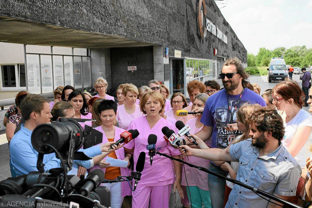 Konferencja prasowa pielęgniarek przed budynkiem Centrum Zdrowia Dziecka.