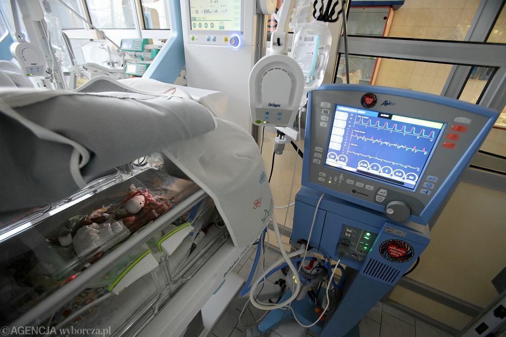 Tak szybko, jak przybywa chorych na covid, tak szybko topi się zapas respiratorów (zdjęcie ilustracyjne)