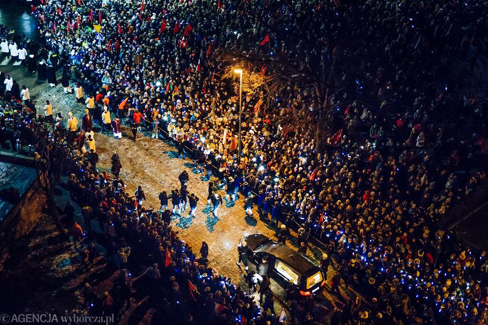 Gdańszczanie żegnają prezydenta Pawła Adamowicza przy Europejskim Centrum Solidarności