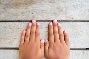 Bruzdy na paznokciach: o czym świadczą? Jak się ich pozbyć?