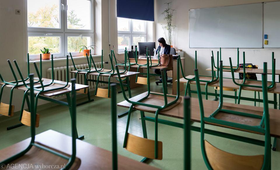 'Nie mogę narzekać na to, że szkoła zostawiła nas samym sobie. Tak nie jest. W szkole mamy około 60 komputerów i każdy nauczyciel może z nich korzystać. Szkoła dokupiła do wszystkich komputerów kamery. Teraz w każdej sali lekcyjnej jest jeden komputer. Nauczyciel może wybrać sobie sale i prowadzić lekcje zdalne ze szkoły'