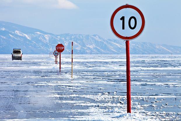 Na zamarzniętym Bajkale wytycza się drogi, naktórych obowiązują zwykłe przepisy drogowe