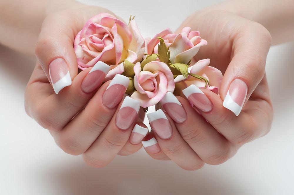 Białe paznokcie - francuski manicure. Zdjęcie ilustracyjne
