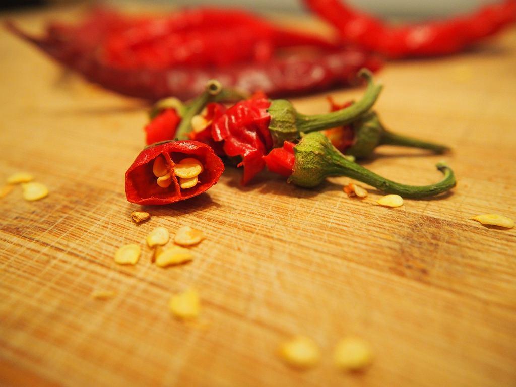Jedną z popularnych metod pozbawiania papryczek chili ostrości jest usuwanie z jej środka nasion. Ale czy jest to rzeczywiście skuteczne rozwiązanie?