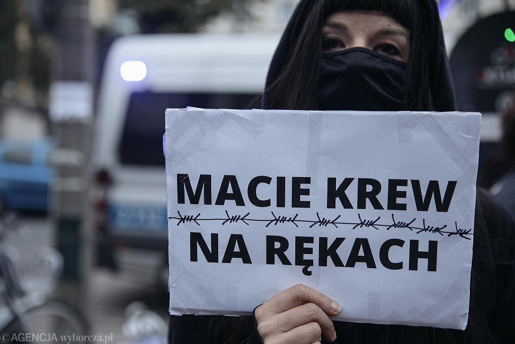 Protest ze zniczami pod komendą główną straży granicznej w Warszawie w związku ze śmiercią uchodźców na granicy z Białorusią