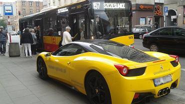 Ferrari na przystanku Wola-Ratusz