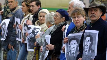 7.05.2004, Mińsk, uczestnicy opozycyjnej manifestacji z portretami zaginionego pięć lat wcześniej Jurija Zacharenki, byłego szefa MSW