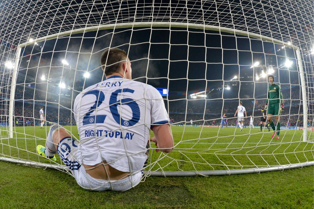 John Terry ładnie zespolił się z siatką. A wszystko po tym, jak trzy minuty przed końcem wyjazdowego meczu w Bazylei nie zdołał zatrzymać piłki przed linią bramkową. Saleh strzelił gola trzy minuty przed końcem meczu, ale Chelsea i tak ma już zapewniony awans. Za to Basel zagra w ostatniej kolejce z Schalke o drugi slot z tej grupy. Niemcy muszą wygrać.