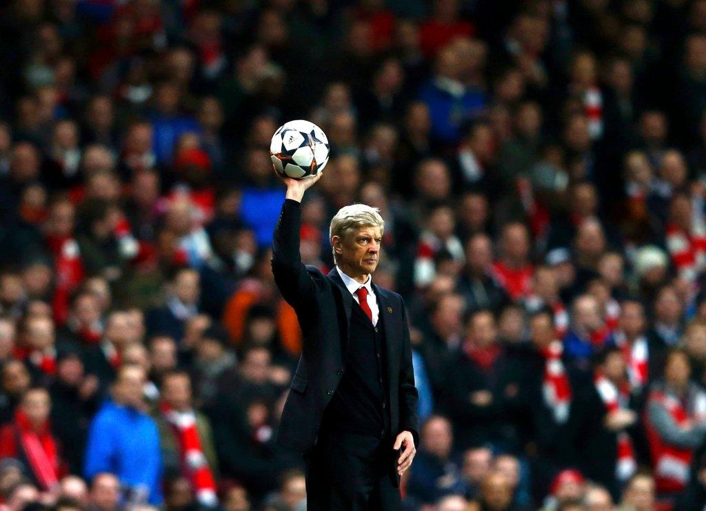 Arsene Wenger chwyta piłkę podczas meczu Arsenalu z Bayernem