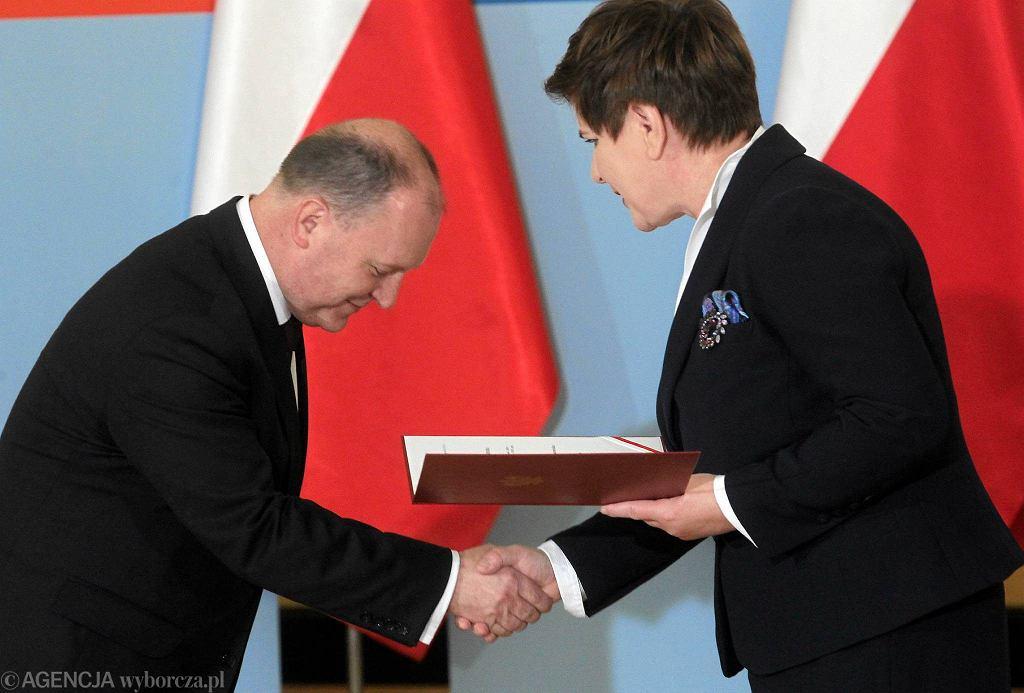 Zdzisław Sipiera (PiS), nowy wojewoda mazowiecki, odbiera nominację od premier Beaty Szydło