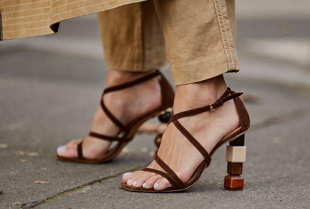 Sandały na obcasie - street style z Paryża