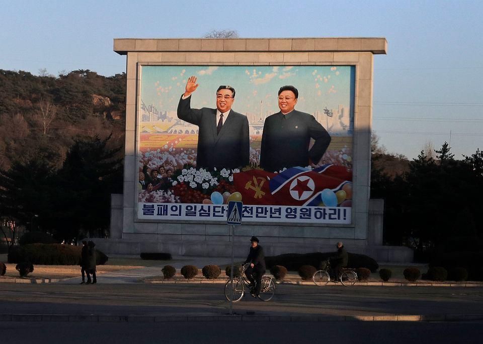 Wizerunki byłych przywódców Korei Północnej - Kim Ir Sena i Kim Dżong Ila - górują nad Pjongjangiem