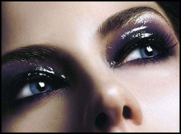 Lśniąca powieka bez brokatu i drobinek (www.hairdressers.com)