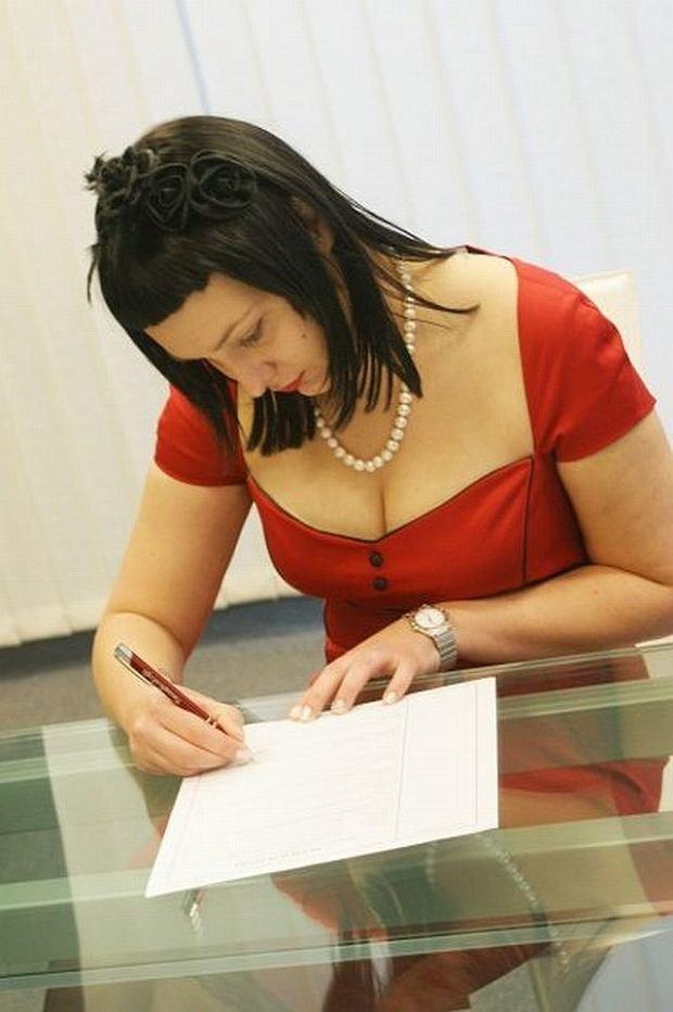 Na zdjęciu podpisuję Jej akt ślubu