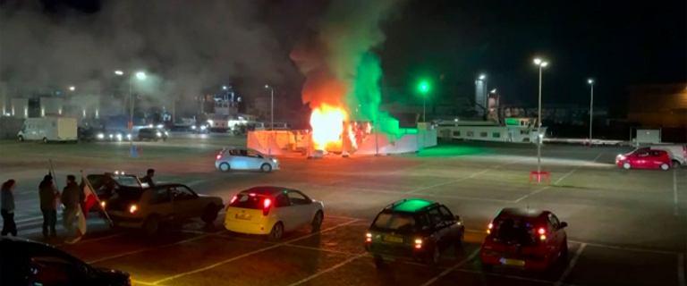Holandia. Starcia z policją. Spalono punkt testowania na COVID