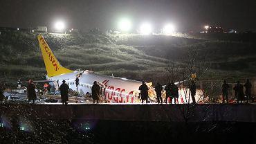 Turcja. Samolot wypadł z pasa i rozpadł się na trzy części.