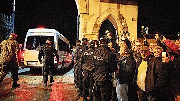 Protesty przed cmentarzami. Obywatele RP sprzeciwiają się ekshumacji zwłok Joanny Agackiej-Indeckiej, przewodniczącej Naczelnej Rady Adwokackiej, na starym cmentarzy przy ul. Ogrodowej w Łodzi, 23 kwietnia 2018 r.