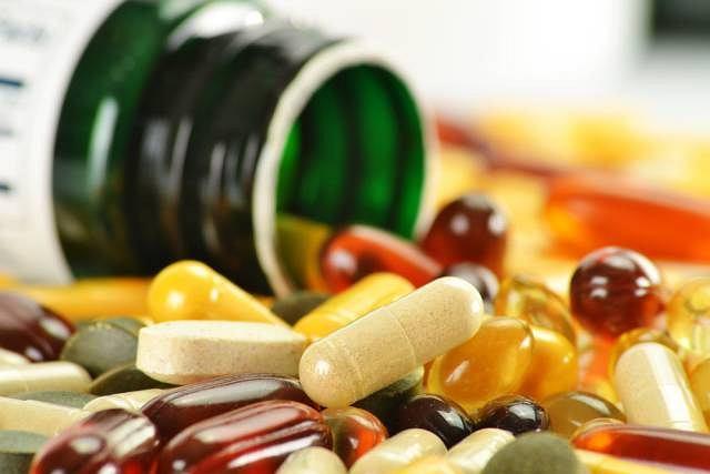 Witaminy choć są nam potrzebne w nadmiarze mogą być niebezpieczne. Bez ryzyka przedawkowania można brać witaminy rozpuszczalne w wodzie (z grupy B i C), bo ich nadmiar jest wydalany z organizmu