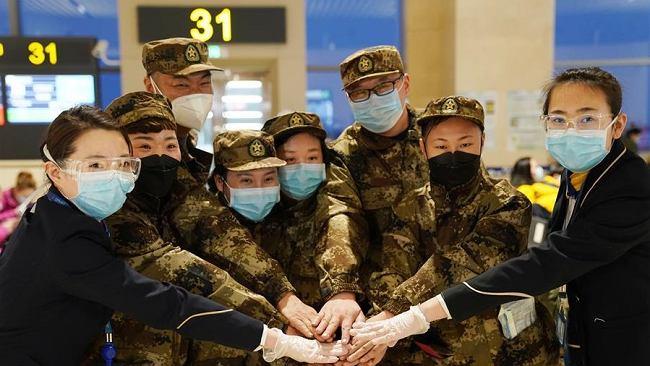 Chiny. W telewizji propagandowa walka z koronawirusem, a rząd ingeruje w prywatne rozmowy w internecie