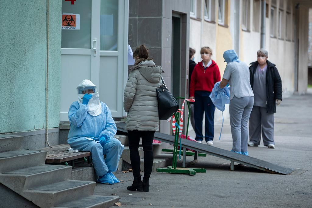 Koronawirus - pracownicy medyczni w ubraniach ochronnych