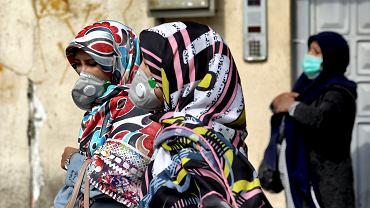 Teheran. Mieszkanki miasta nosząc maski, chronią się przed zarażeniem koronawirusem.